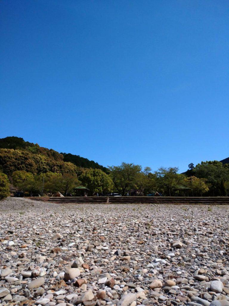 向平キャンプ村テントサイト前に広がる石ころ