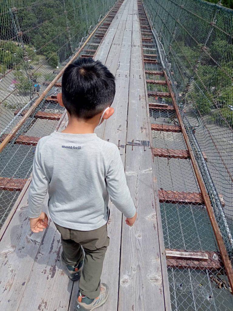 息子と一緒につり橋