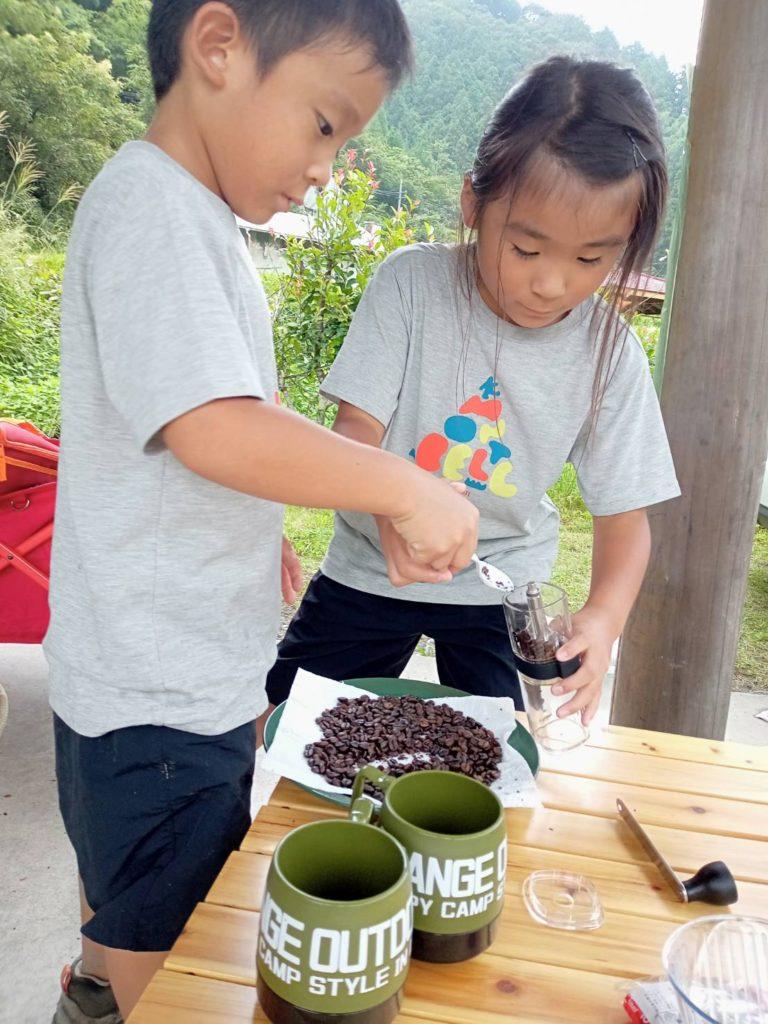 コーヒー豆を挽きます